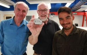 Young y otros coautores de la investigación mostrando una muestra de roca lunar.