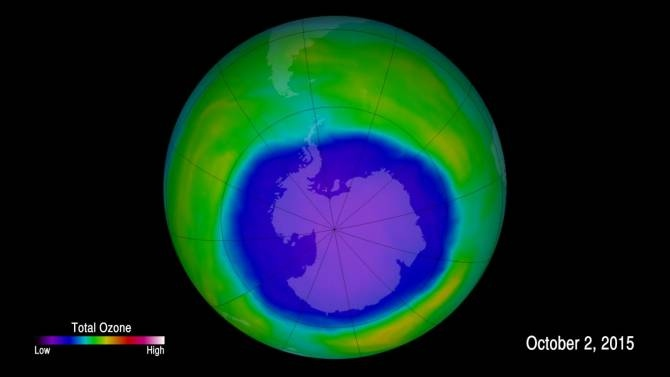 Imagen en colores falsos que muestra la concentración de ozono sobre la Antártida el 2 de octubre de 2015