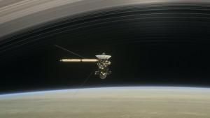 Imagen artística del vuelo de Cassini entre Saturno y su anillo más interno.
